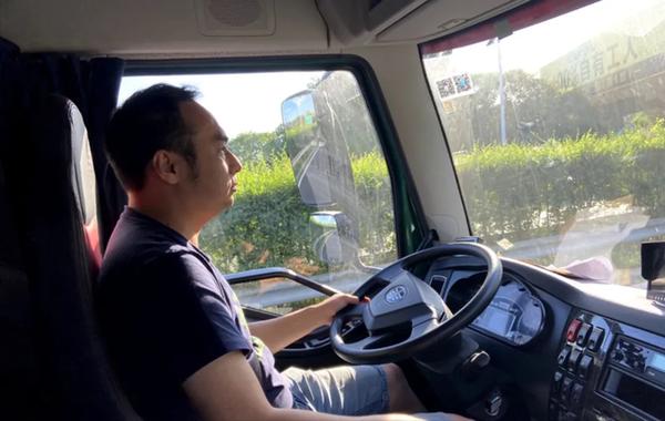 """从卡车司机到车评人到驾训师""""老司机""""五哥的多彩人生"""