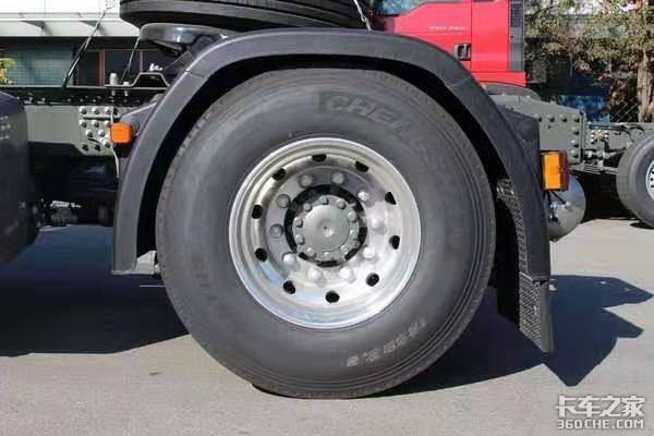 国六!500马力的4X2牵引车T7H重卡引领长途快递运输