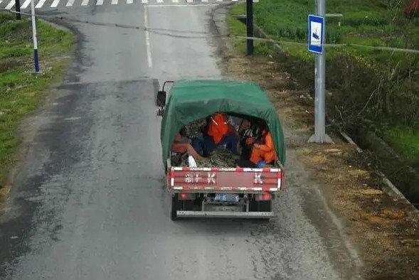 轻卡司机2次违法载人被注销最高准驾公安部正严查货车违法载人