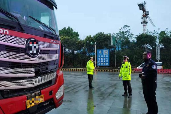 货车高速突发故障维修师傅赶到后发现司机已遇难