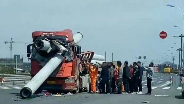 两辆货车驾驶室被管桩管撞毁场面揪心卡友:都说穷死不拉管