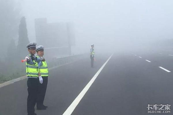 大雾天车祸发生几率高,大货车司机做到这5点保平安