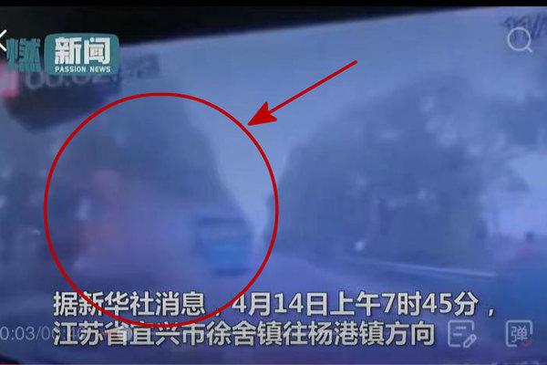 5死10伤!江苏一中巴与半挂车相撞疑因中巴逆行座椅全被削平