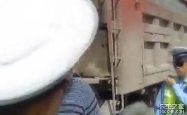 怒怼交警真性情?货车司机当街耍横要不得后果很严重