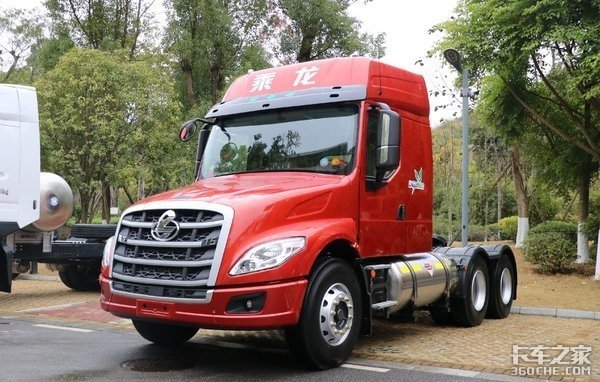 自重仅7.9吨!LNG长头牵引车乘龙T5实力不小