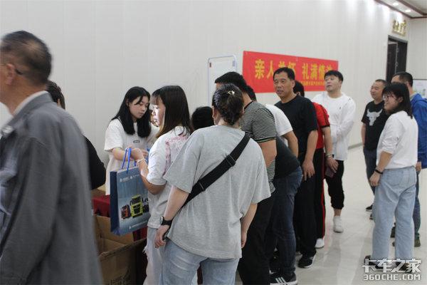 河南华镒国五购车黄金季-汕德卡牵引车感恩钜惠团购活动圆满成功