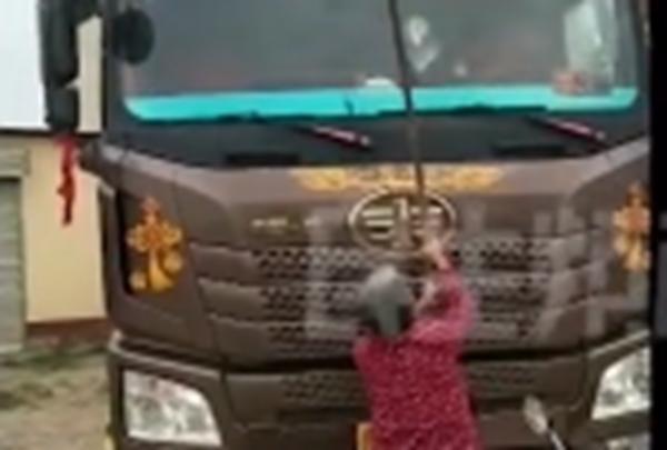 卡友将货车停店门口老太太拿钢筋砸车家属:不砸不长记性