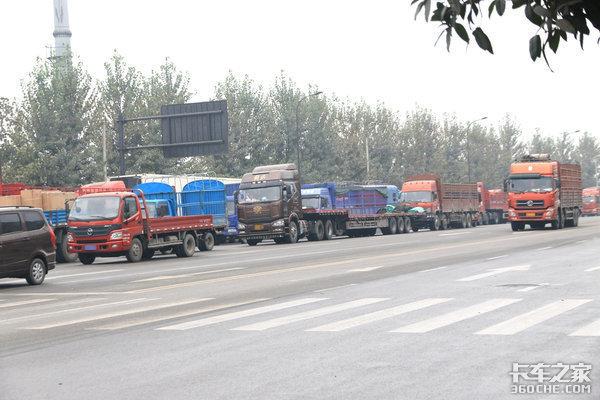 跑一趟就赚1300卡友装完货后因货款纠纷被厂家拦了货车成'临时仓库'