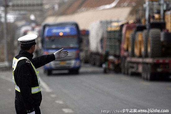 公安部:明年起司机闯红灯将一律扣6分