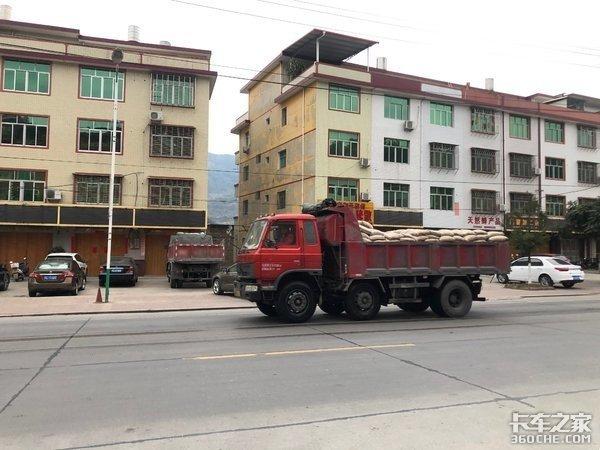 中短途建材运输大运致胜6X24.8米自卸车好开又灵活