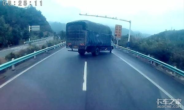 一脚刹车竟然往右跑!卡车制动跑偏不要慌牢记这几个小妙招