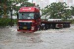 卡车非游艇 暴雨行车 辨别正确涉水深度