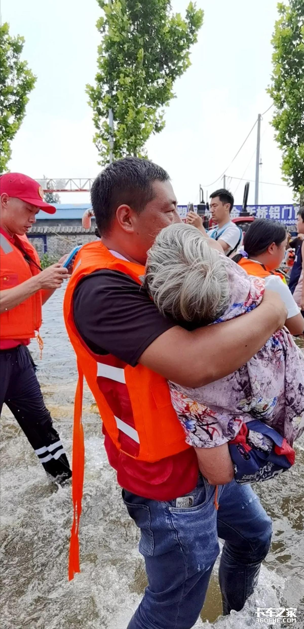 「现场直击」运送救灾物资转移受困群众:冲在一线的卡车人