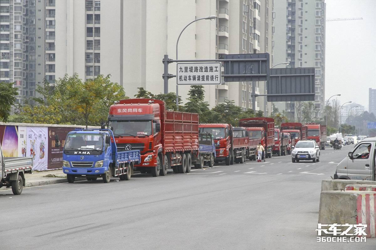 货车停路边遭举报卡友无奈表示:停车场被另作他用根本没地方停车