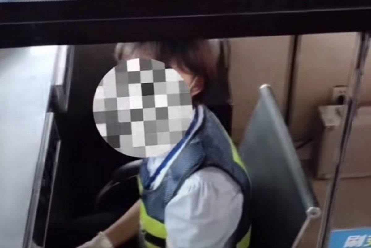 收费员竟让货车司机下车扫码网友:收费窗口设置需考虑一下大车