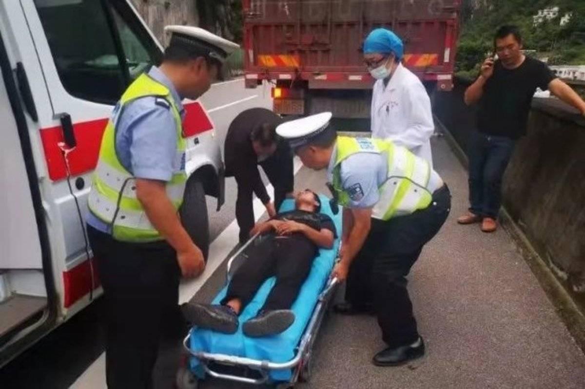 卡车司机高速路上行驶被飞来马蜂蛰晕多亏巡逻民警及时救援