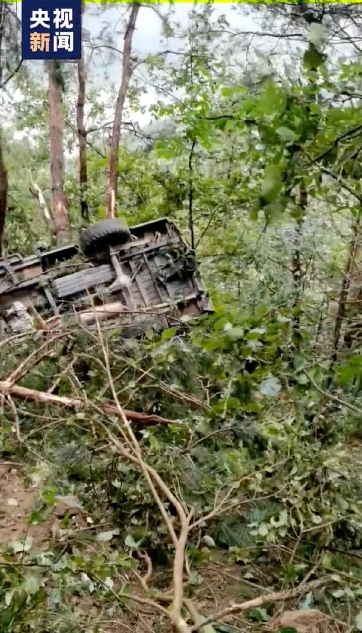 安徽太湖一辆皮卡车坠入山沟已致12人死亡