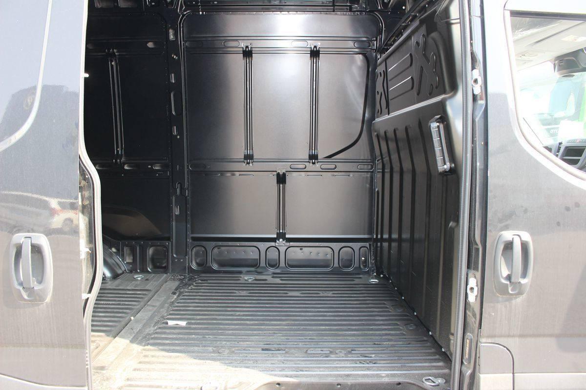 为什么物流公司都选它?8AT+气囊悬挂加持的依维柯Daily封闭厢货