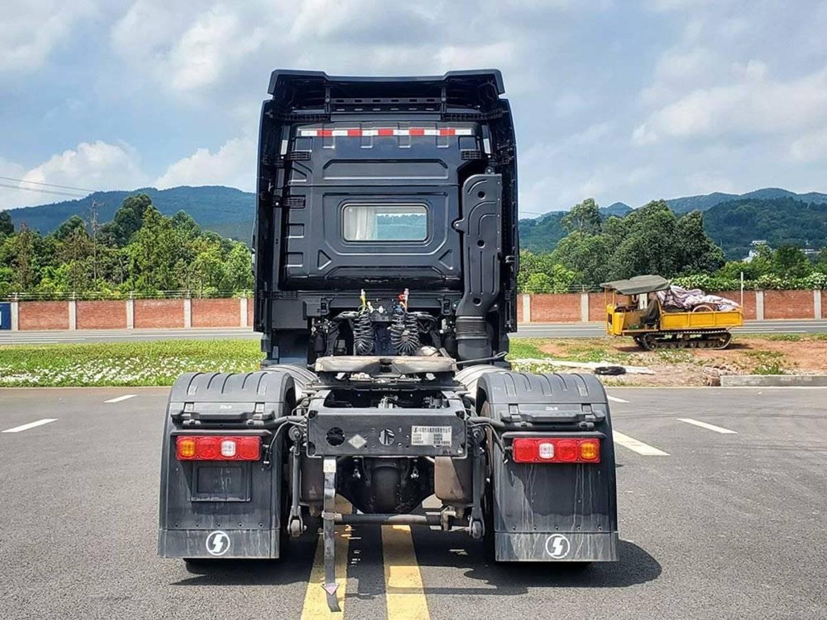 潍柴15L燃气机配备侧置双气瓶4x2的德龙X5000牵引车亮相工信部