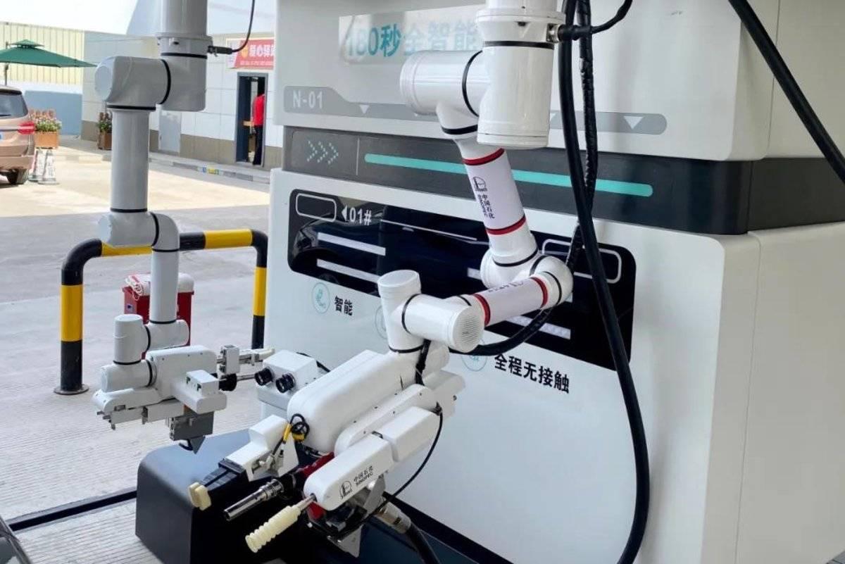 """国内首款加油机器人在广西南宁正式""""上班"""""""