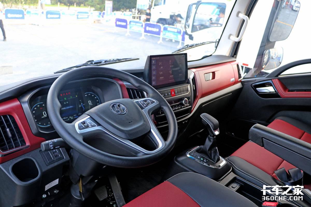 搭载WP2.5动力+AMT汉德桥还有气囊座椅双大屏陕汽轻卡K5000重磅上市