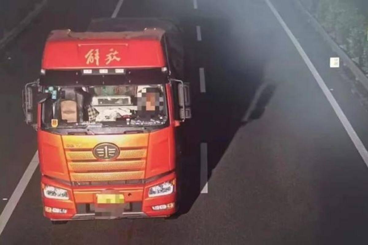 """载物掉落货车造成公路多车""""爆胎""""!"""