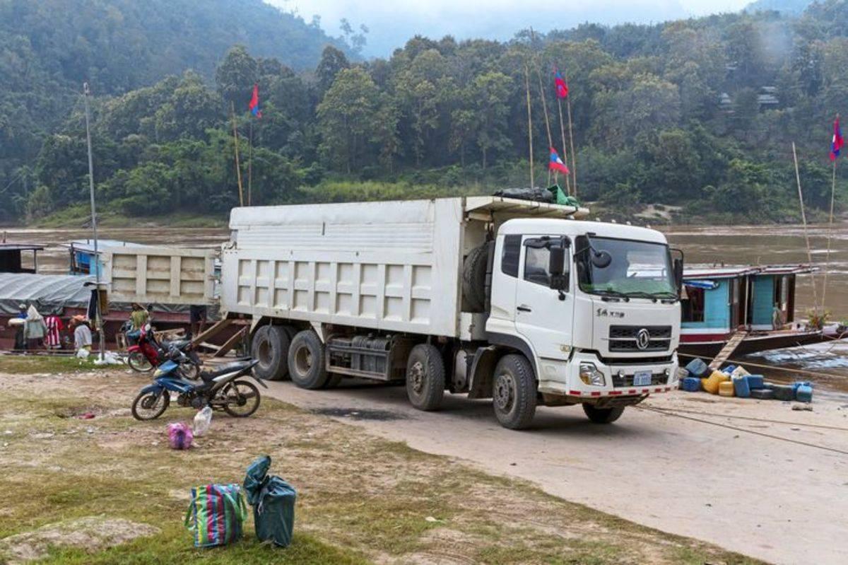淋水缓速都不好使!老挝开卡车是什么体验?这收入你能想象吗?