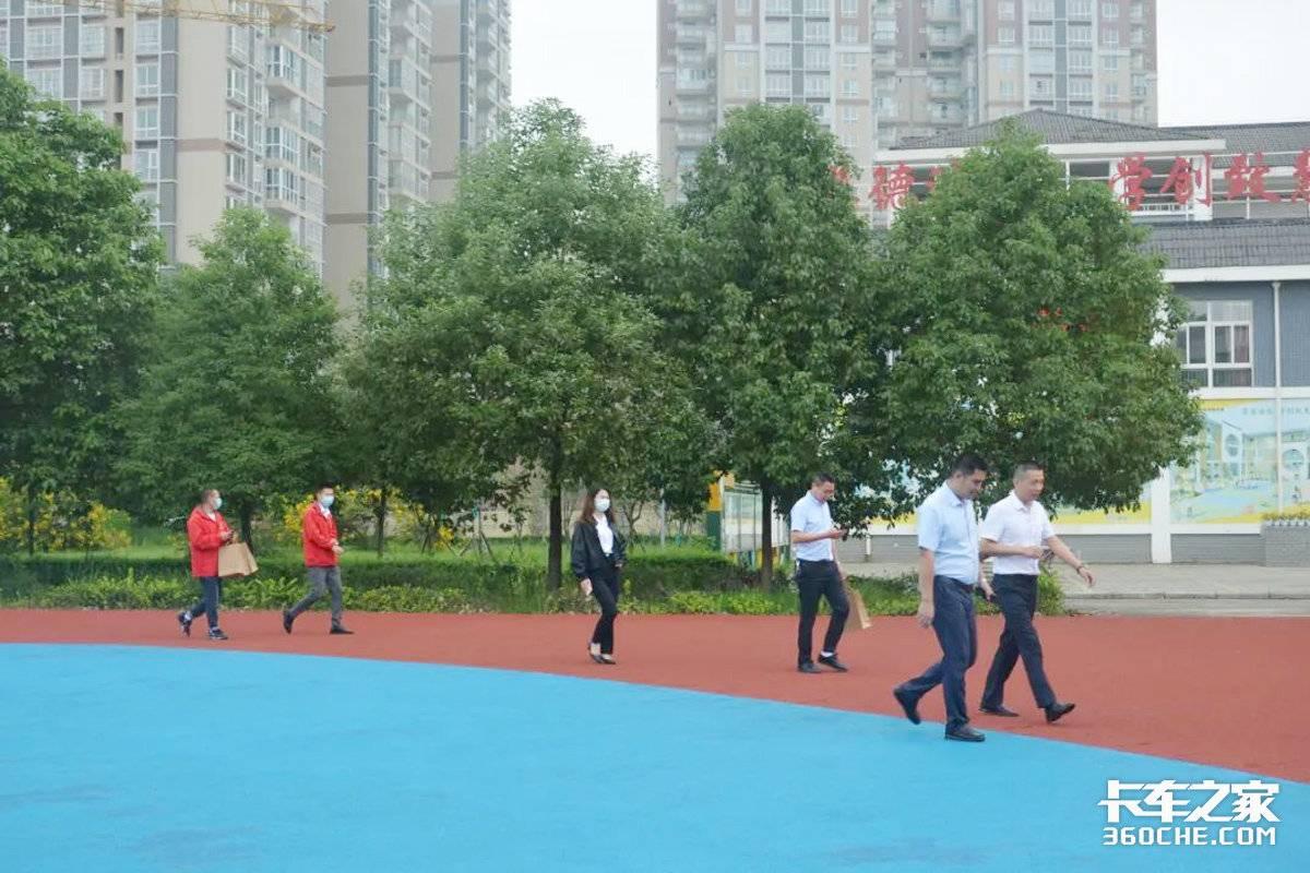 绵阳中川为创新三小的学子们捐赠体育器材和阅读材料