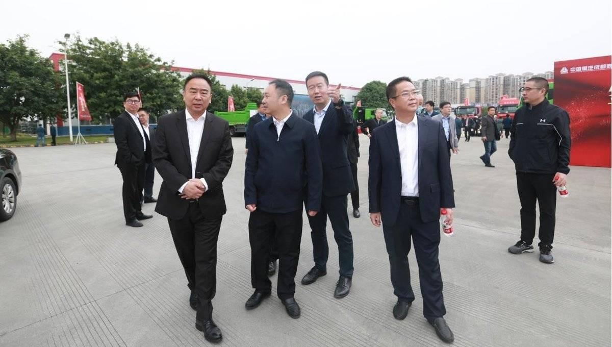 """强强结盟共谋发展中国重汽成商与5大企业签订""""战略合作协议"""""""