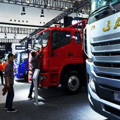 跟着海军逛武汉车展 上午咱先去看看解放的智能卡车动态演示!